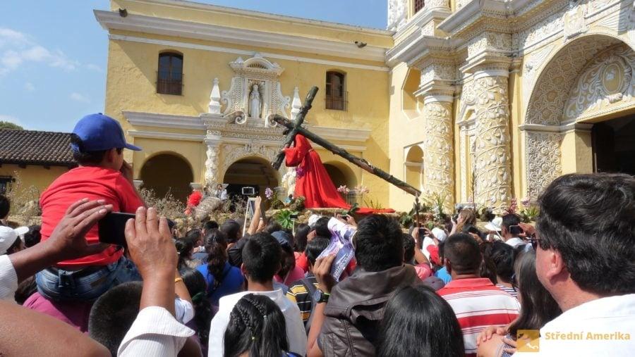 Antigua, Velký pátek. Nosítka byla o 180 °otočena, nosiči učinili obrat, Kristus couvá do La Merced.
