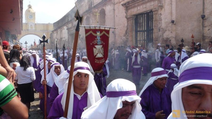 Hlavní průvod na Velký pátek. Kajícníci ve fialovém zabezpečují cestu nosítkům s výjevem z Golgoty.