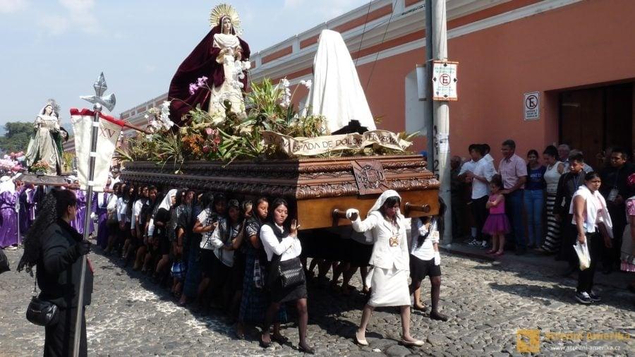 Antigua Guatemala, plovák s mariánským výjevem nesou výhradně ženy.