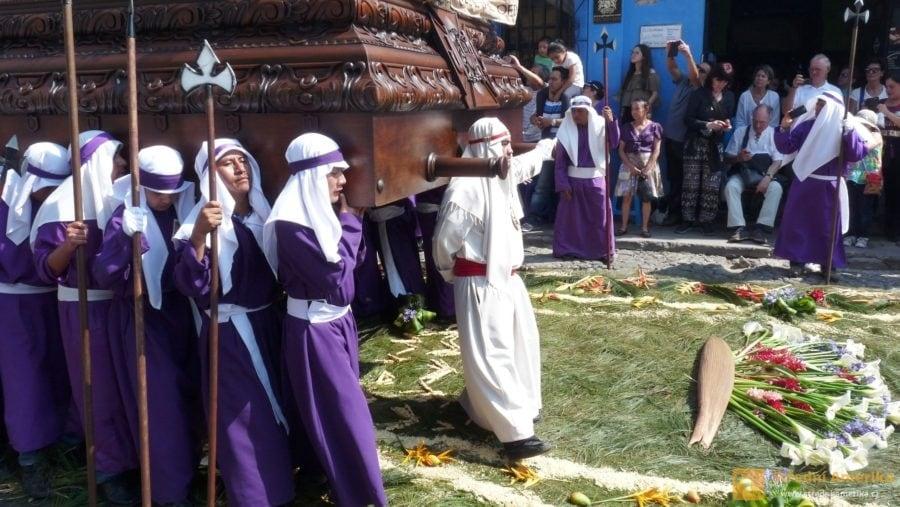 Antigua Guatemala. Na květinový koberec mohou jako první vstoupit řeholníci nesoucí Krista.