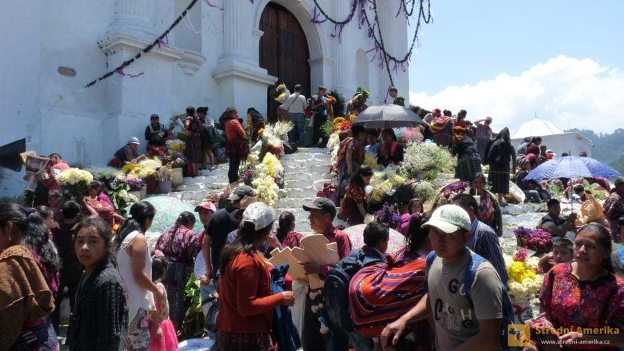 Zelený čtvrtek, květinový trh před kostelem v Chichicastenango.